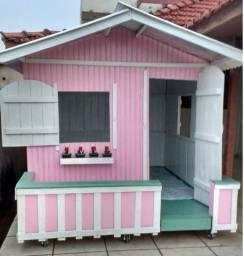 Casinha de boneca de madeira na cor rosa