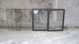 Duas janelas de madeira com grade