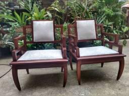 Belissimo par de cadeiras de madeira maciça com as forrações novas