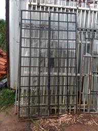 Porta com vidros mede 1,20 mts de largura por 2,10 de altura