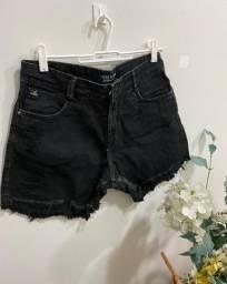 Short jeans preto lança perfume