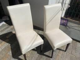 Duas cadeiras em couro branco, acolchoadas, encosto alto.
