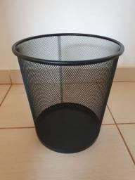 Lixo de metal preto