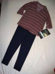 Blusa estampada e calça azul marinho