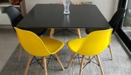 Conjunto mesa e quatro cadeiras
