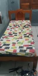 Vende se uma cama de solteiro com colchao