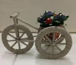 Triciclo revestido em barbante cinza, com flores de jeans e miçangas