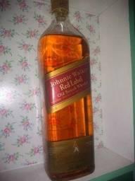 Título do anúncio: Whisky Johnnie Walker 1L comprado a 30 anos intacto lacrado