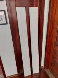 Duas prateleiras de madeira