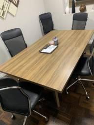 Mesa de reunião e prateleira decorativa