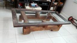 Mesa de centro de vidro e base de madeira de demolição.