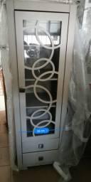 Cristaleira de madeira com uma porta e duas gavetas