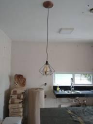 Luminária pendente com lâmpada retrô led.