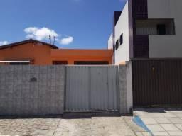 Alugar - Casa no bairro Mangabeira 1, com 03 quartos