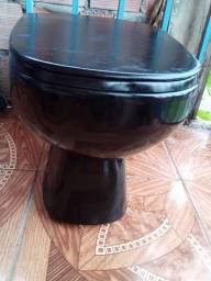 Vendo um vaso preto acoplado sem a caixa estilo colonial com o acento e tampa