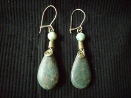 Brincos de pedras naturais verdes - tipo pingente e de gancho (artesanal)