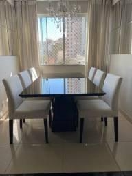 Sala de jantar em Laca preta com seis cadeiras estofadas