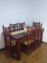 Mesa de jantar com 06 cadeiras. Madeira de lei