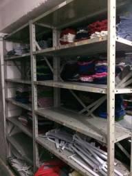 Prateleiras ou armários para estoque