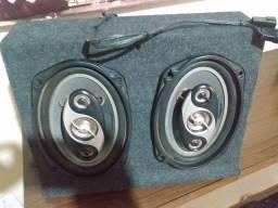 Vendo um caixa de som com altifalantes