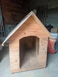 Duas casas de cachorro