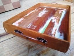 Bandeja de madeira rústica - 32 x 21cm