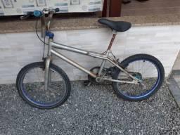 Vendo bicicleta usada infantil, precisando dar uns reparos.
