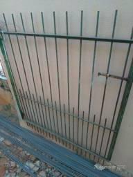 Portão em aço para garagem 2 folhas  medida total largura 2.50 larg x 1.50 alt.