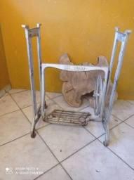 Pe de máquina de costura antigo