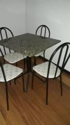 Mesa de mármore e metal com cadeiras