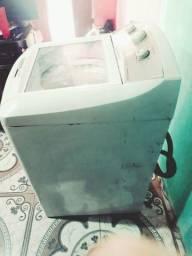 Máquina de lavar e um Ar-condicionado Electrolux funcionando perfeitamente.  Gela bem