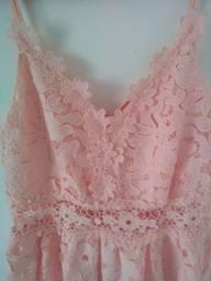 Vestido rosa com detalhes em renda. P/M. Semi-novo