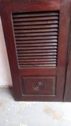 Vendo janela de madeira completa com o portal