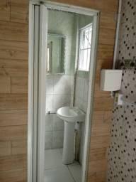 Alugo quarto com banheiro com mobília