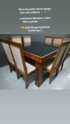 Mesa de jantar com oito cadeiras