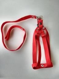 Peitoral regulagem de fita confortável e resistente com guia na cor vermelho