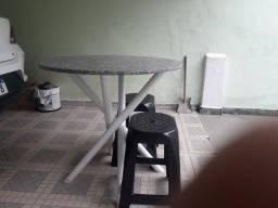 Mesa com tampo de granito e dois bancos de plastico