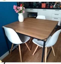 Mesa com 4 cadeiras (à vista).