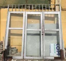 Porta de ferro e vidro 03partes 2,46m x 2,50m. Oportunidade!