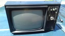 Televisão antiga pequena.