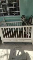 Berço com carrinho de bebê.