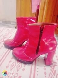 Vendo bota vermelha