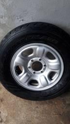 Roda com pneu 235/70/16 com calota