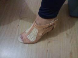 Sandália rosa e bege salto em madeira