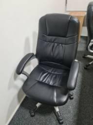 Cadeira de Escritório Presidente - Giratória Em PU Preta Com Braço