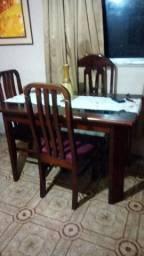 Vendo estante de madeira cerejeira e mais a mesa.Motivo viagem.