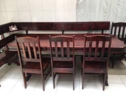Mesa com 4 cadeiras e banco estilo canto alemão