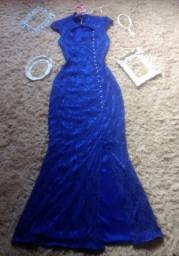 Lindo vestido azul longo de festa, todo coberto em renda
