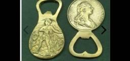 Bronze, par de abridores de garrafas, sendo um com imagens da antiga agricultura egípcia