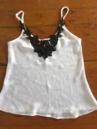 Blusa branca de alça fina